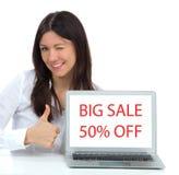 Donna con l'esposizione popolare moderna del computer portatile che mostra grande shoppi di vendita Fotografia Stock