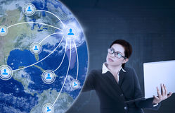 Donna con l'icona della rete sociale e del computer portatile Fotografia Stock Libera da Diritti