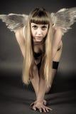 donna con l'inginocchiamento delle ali di angelo immagini stock libere da diritti