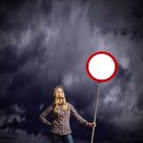 Donna con l'insegna Immagine Stock Libera da Diritti