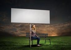 Donna con l'insegna Fotografia Stock Libera da Diritti