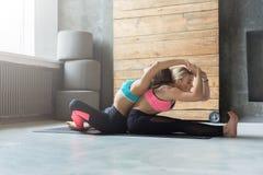 Donna con l'istruttore di yoga nella classe, allungamento della curvatura della parte posteriore Immagini Stock Libere da Diritti