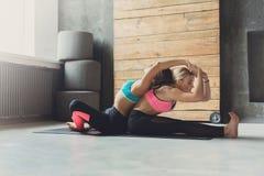 Donna con l'istruttore di yoga nella classe, allungamento della curvatura della parte posteriore Fotografie Stock