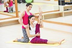 Donna con l'istruttore personale dell'istruttore che fa esercizio di forma fisica Fotografia Stock Libera da Diritti