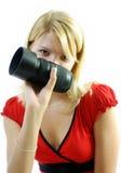 Donna con l'obiettivo di macchina fotografica Fotografia Stock