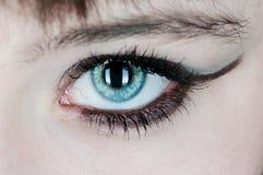 Donna con l'occhio azzurro che fissa voi Fotografie Stock