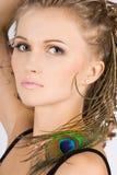 Donna con l'occhio della piuma del pavone Immagini Stock Libere da Diritti