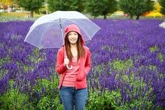 Donna con l'ombrello all'azienda agricola della lavanda di Tomita, Hokkaido Immagini Stock
