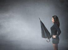 Donna con l'ombrello a disposizione fotografia stock