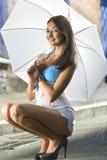 Donna con l'ombrello e la pioggia chiara immagini stock