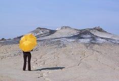 Donna con l'ombrello giallo Immagine Stock