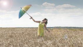 Donna con l'ombrello nel campo Immagine Stock Libera da Diritti