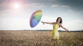 Donna con l'ombrello nel campo Immagini Stock Libere da Diritti