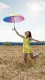 Donna con l'ombrello nel campo Fotografia Stock