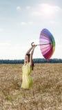 Donna con l'ombrello nel campo Fotografie Stock