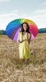 Donna con l'ombrello nel campo Fotografie Stock Libere da Diritti