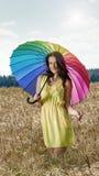 Donna con l'ombrello nel campo Fotografia Stock Libera da Diritti