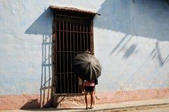Donna con l'ombrello nella via di Avana Fotografie Stock Libere da Diritti