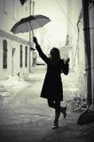 Donna con l'ombrello retro in vecchia città Fotografie Stock