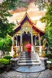 Donna con l'ombrello rosso in Tailandia del Nord Fotografia Stock Libera da Diritti