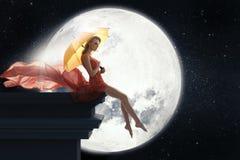 Donna con l'ombrello sopra il fondo della luna piena Fotografie Stock