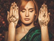 Donna con l'ornamento tradizionale del hennè fotografia stock libera da diritti