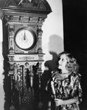 Donna con l'orologio di prima generazione alla mezzanotte (tutte le persone rappresentate non sono vivente più lungo e nessuna pr Fotografia Stock Libera da Diritti