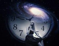 Donna con l'orologio e la galassia giganti fotografia stock libera da diritti