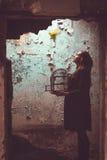 Donna con l'uccello libero Immagine Stock