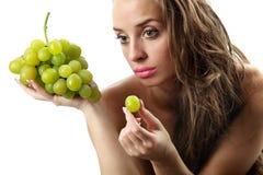 Donna con l'uva verde Immagini Stock