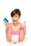 Donna con la banca piggy Fotografie Stock Libere da Diritti