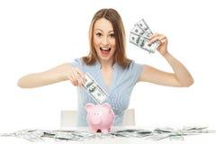 Donna con la banca piggy e le fatture del dollaro Fotografia Stock Libera da Diritti