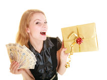 Donna con la banconota del contenitore di regalo e dei soldi della lucidatura Fotografie Stock