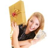 Donna con la banconota del contenitore di regalo e dei soldi della lucidatura Fotografia Stock