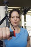 Donna con la banda di allungamento di esercizio Fotografie Stock Libere da Diritti