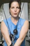 Donna con la banda di allungamento di esercizio Immagini Stock