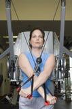 Donna con la banda di allungamento di esercizio alla palestra Fotografia Stock