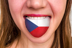 Donna con la bandiera ceca sulla lingua Immagine Stock