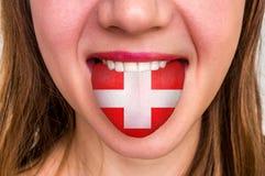 Donna con la bandiera dello svizzero sulla lingua Fotografie Stock