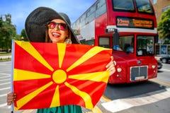 Donna con la bandiera macedone nella città di Skopje Fotografia Stock Libera da Diritti