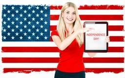 Donna con la bandiera nazionale americana Priorità bassa del grunge di indipendenza Day C patriottica Fotografia Stock