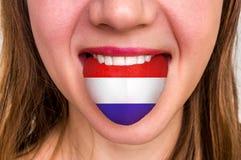 Donna con la bandiera olandese sulla lingua Immagine Stock Libera da Diritti