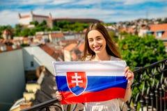 Donna con la bandiera slovacca a Bratislava Fotografia Stock Libera da Diritti