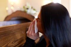 Donna con la bara che grida al funerale in chiesa immagine stock