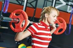 Donna con la barra del peso nella palestra di forma fisica Immagini Stock Libere da Diritti