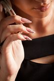 Donna con la bella chiamata del manicure dal telefono Fotografia Stock