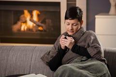 Donna con la bevanda calda Fotografia Stock