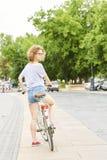 Donna con la bici sulla via Fotografia Stock