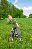 Donna con la bicicletta Immagini Stock