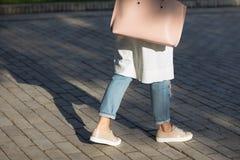 Donna con la borsa che cammina sulla via Fotografia Stock Libera da Diritti